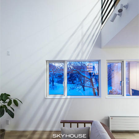 吹抜にのびる2階ホール・アイアン手摺の影がキレイ