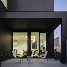 スカイハウス × 施工事例 × タイルテラスにシンボルツリーが映える家